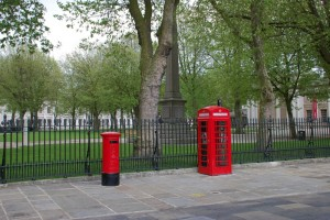 Červená telefonní budka se schránkou na dopisy